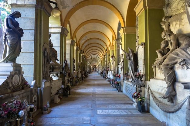제노아, 이탈리아 - 2020년 6월: 동상이 있는 복도 - 1800년부터 - 기독교 가톨릭 묘지 - 이탈리아