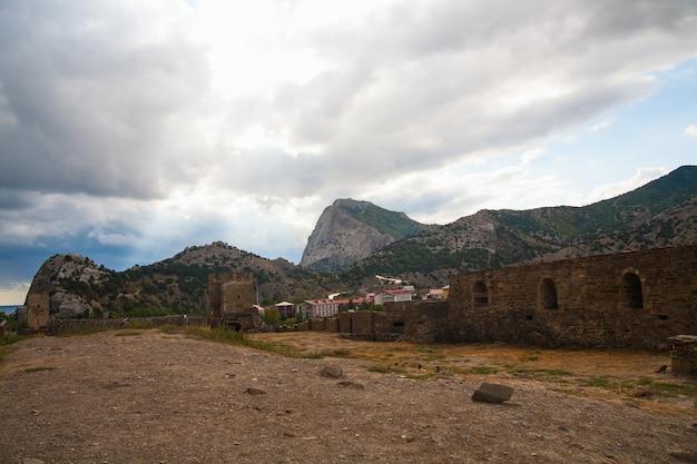 ジェノバの要塞。山の中の古代の要塞