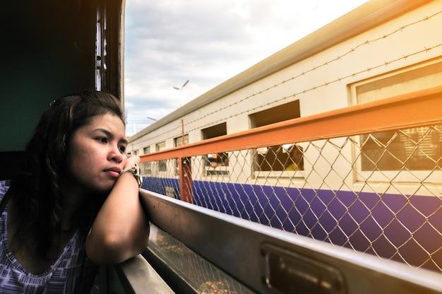 Жанр портрет одинокой женщины в вагоне.