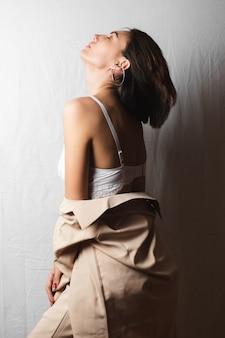 ベージュのスーツとグレーの白の白いレースのブラジャーで巨乳の美しい若い女性の優しい肖像画