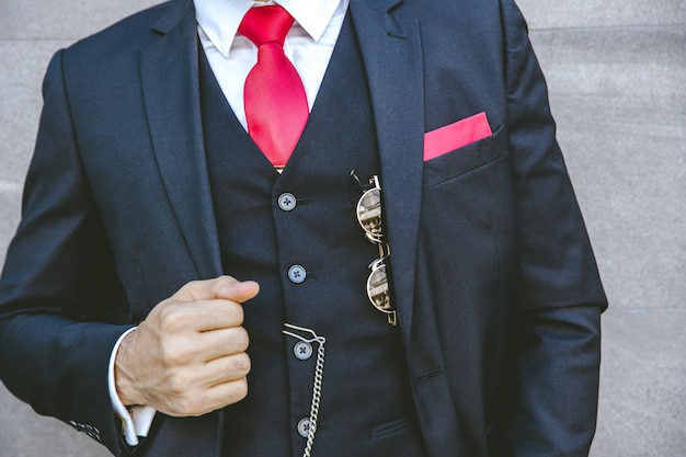 현대 신랑 또는 세련된 비즈니스 사람을위한 빨간 넥타이가있는 부드러운 유니폼 세련된 턱시도 럭셔리 슈트