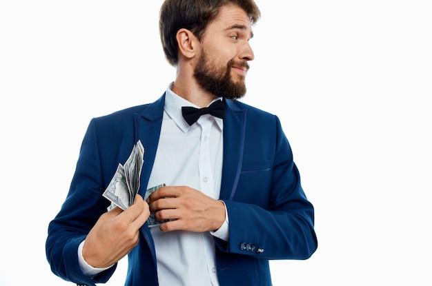 블루 블레이저 화이트 셔츠 나비 넥타이 신사