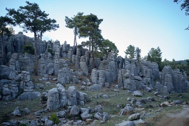美しい岩層のある地質学的景観。アンタルヤ、セルゲの古代都市、アダムカヤラル、トルコ。