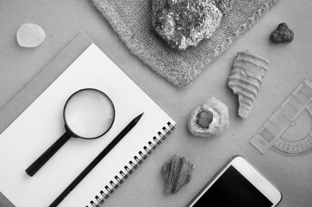 지질 암석 연구실. 지질 연구소의 석재 샘플, 루프, 노트북 및 휴대전화. 연구원을 위한 지질 토양 물질, 돌, 광물, 암석 시료 분석 연구실
