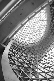 Геометрический потолок - абстрактный архитектурный фон. черно-белое изображение
