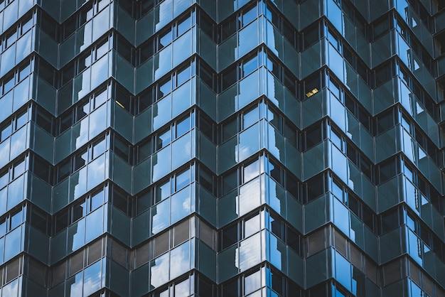 オフィスビルの幾何学的なガラス張りのファサード