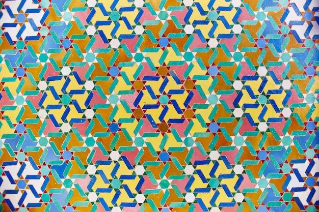 イスラム教のモスクの幾何学的なイスラム教徒のモザイク、美しいアラビアのタイルパターン、モロッコのカサブランカ市の壁とドアのモスクのモザイク