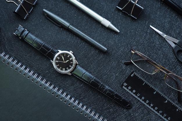 幾何学模様。黒のスタイリッシュな事務用品とメンズアクセサリー