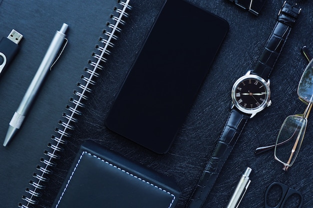 幾何学模様の黒のスタイリッシュな事務用品、スマートフォン、メンズアクセサリー
