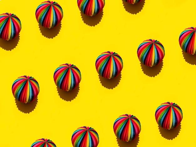 明るい黄色の背景、上面図上のレインボー球の幾何学模様