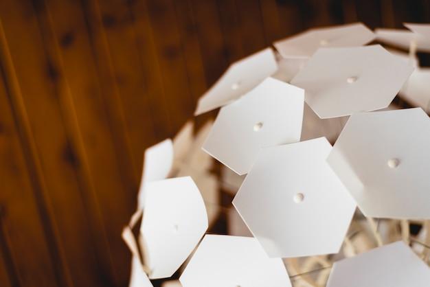 천장 램프의 기하학적 조각.