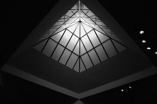 기하학적 지붕, 흑백