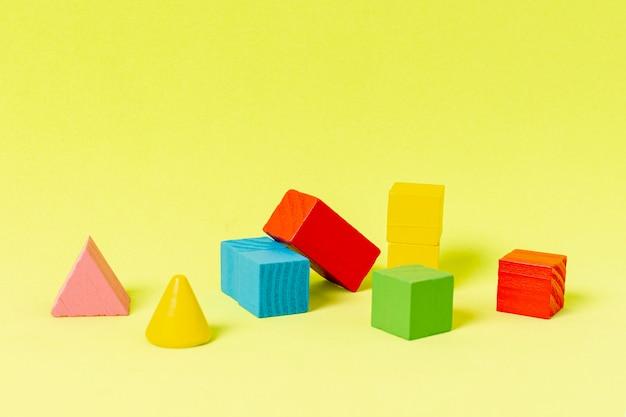 노란색 배경에 재무 계획을위한 기하학적 도형