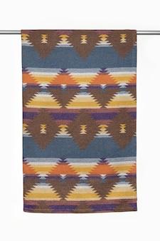 Геометрический текстильный фон из шерстяного пледа крупным планом на белом