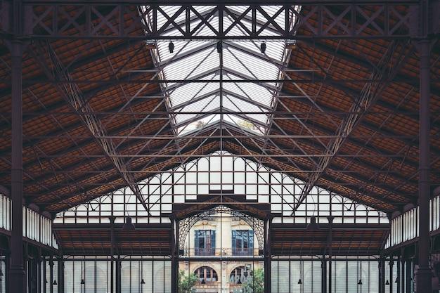 バルセロナの古いボーンマーケットの幾何学的な錬鉄製の天井