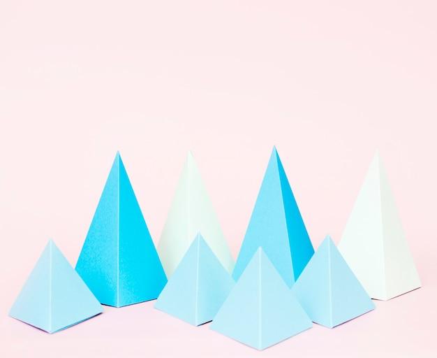 机の上の幾何学的な紙の形