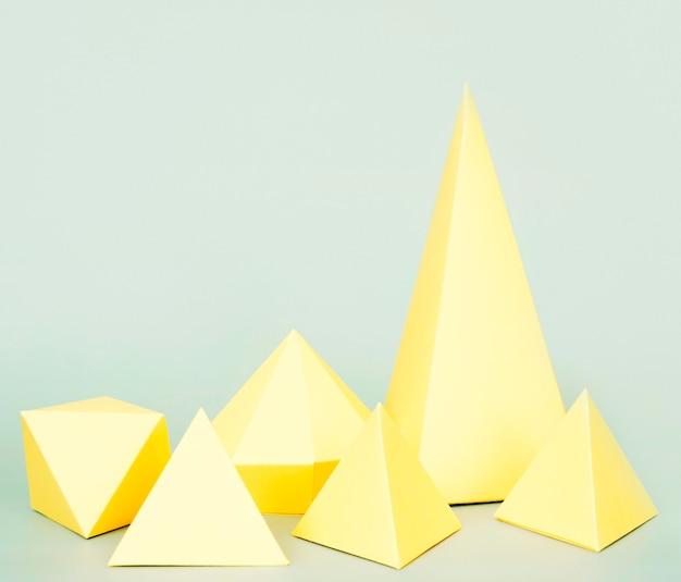 テーブルの上の幾何学的な紙の形状