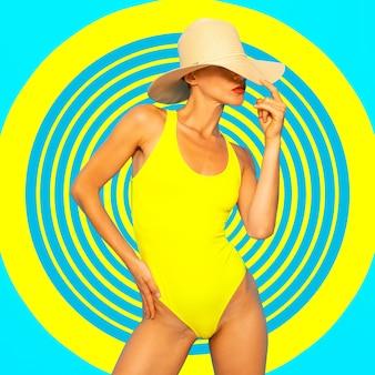 ジオメトリとビーチムード。スタイリッシュなビーチアクセサリーのファッションの女の子。