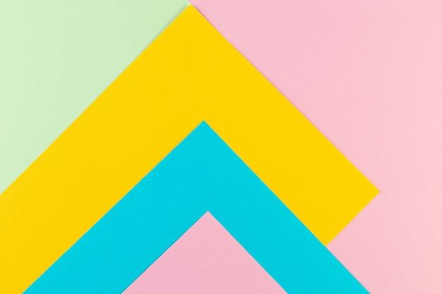 Минимальная концепция геометрического фона. разноцветная бумага. креативный плоский макет с копией пространства.