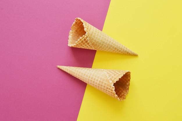 Геометрические рога на розовом и желтом фоне