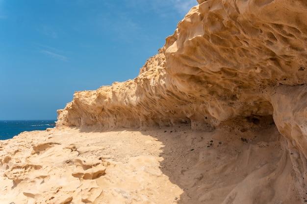 Геопарк на пути к пещерам аджуй, пахара, западное побережье острова фуэртевентура, канарские острова. испания