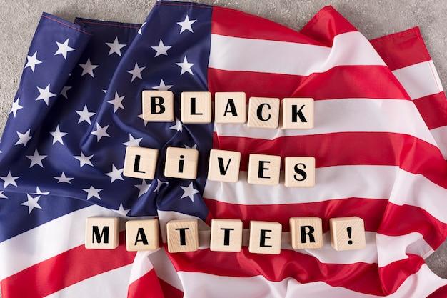 ジョージ・フロイドの抗議行動はアメリカ中に広まった。白と黒の人々は人権を表します。ブラックライフマター、トップビュー