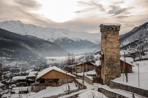 ジョージア、スヴァネティ、メスティア。雪に覆われた家と塔を上から見る