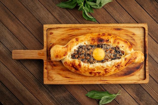 Грузинский аджарский хачапури с яйцом и грибами