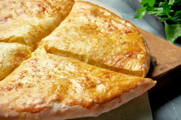 グルジア風焼きパイと塩とチーズの溶けたカハチャプリ。