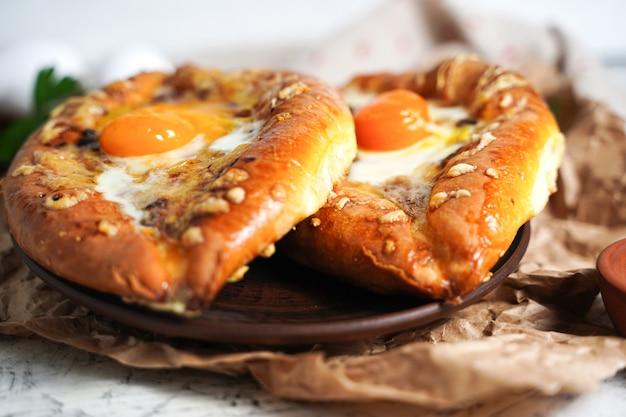 Грузинская сырная выпечка селективный фокус на пирог из муки хачапури с начинкой из творога, например ...