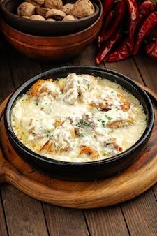 Грузинское блюдо из курицы чкмерули со сливочным соусом