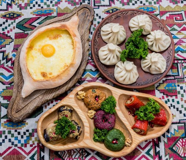 Набор блюд грузинской кухни. грузинский ресторан.