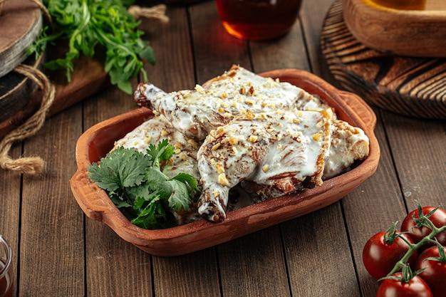 Грузинское блюдо чкмерули из курицы со сливками