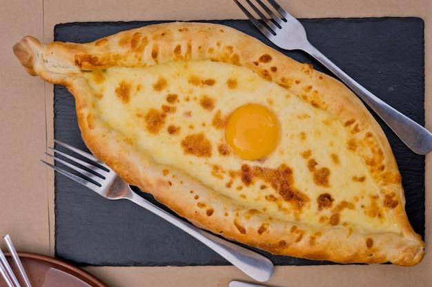 中央に卵が入ったグルジア料理khachapuri。ソフトフォーカス。閉じる。上面図。