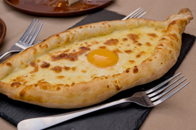中央に卵が入ったグルジア料理khachapuri。ソフトフォーカス。閉じる。