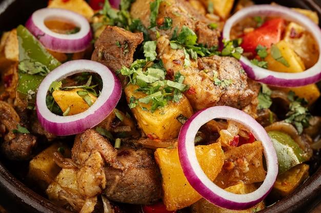 Грузинское блюдо оджахури из баранины с картофельным рагу