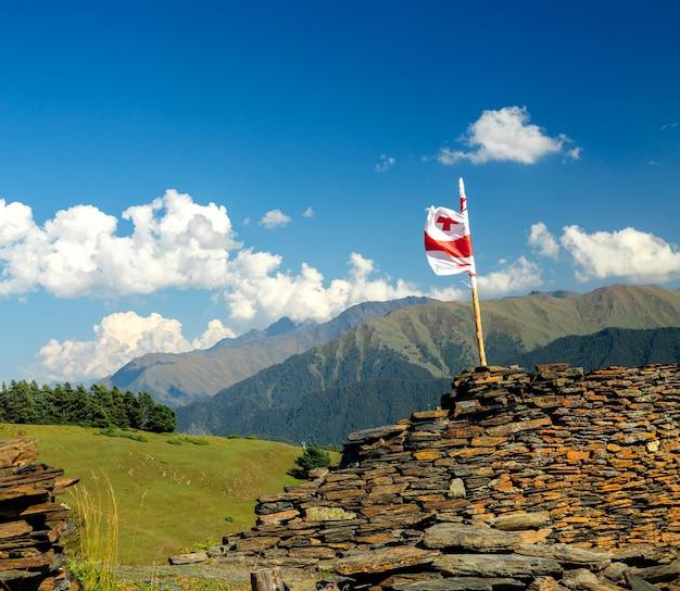 Грузинский флаг на фоне гор кавказа