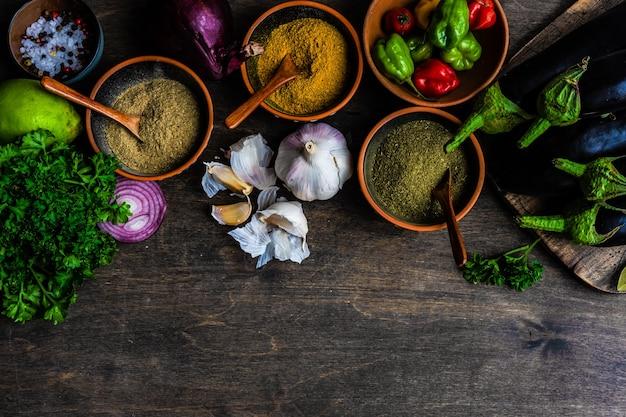 コピースペースと素朴な背景にスパイスとグルジア料理のコンセプト Premium写真