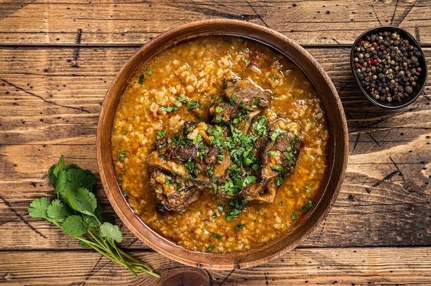 グルジアのハルチョーラム肉のスープ、ご飯、トマト、スパイスを木製のボウルに入れて