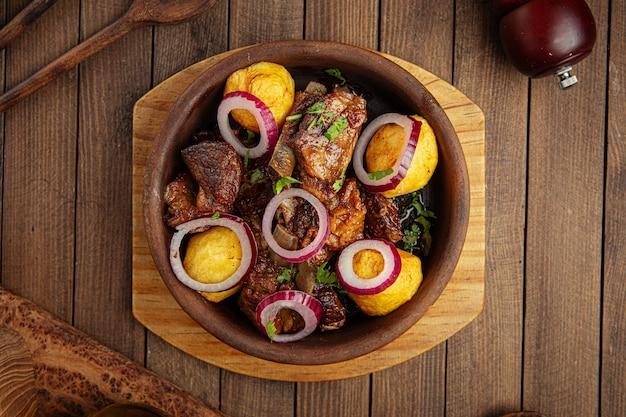 Грузинское национальное блюдо оджахури с говядиной