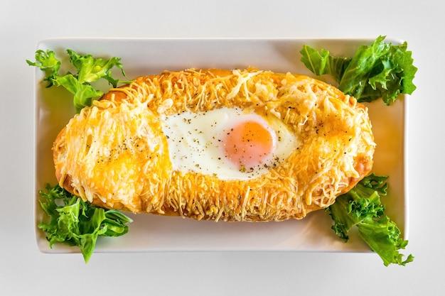 グルジアの全国パイハチャプリと卵チーズバターとサラダ