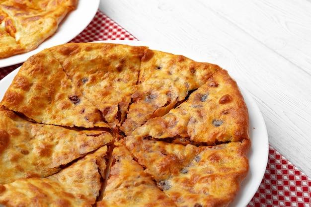 子羊の肉を詰めたグルジアのパイのクローズアップ写真