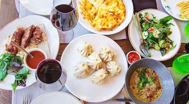 Грузинская ресторанная еда на столе
