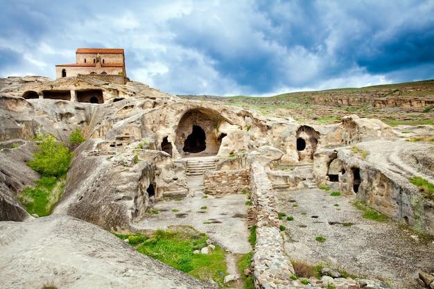 Грузинский скальный пещерный город уплисцихе в грузии
