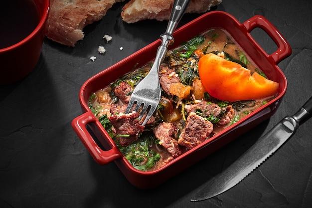 에스트라곤과 감을 곁들인 송아지 고기 그루지야 스튜 차카풀리