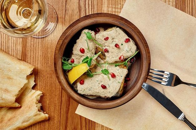 ジョージアン様式の魚のフライ、クルミソースレモンとザクロ