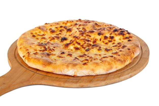 Хачапури грузинской традиционной еды на деревянном блюде на белой предпосылке. менгрельский хачапури.