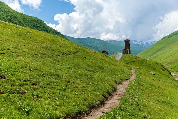 산, svaneti에 있는 그루지야어 마을. 스반 타워. 오래 된 버려진된 마을입니다. 높은 녹색 산 사이.