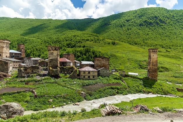 Грузинская деревня в горах, сванетия. сванские башни. старая заброшенная деревня.