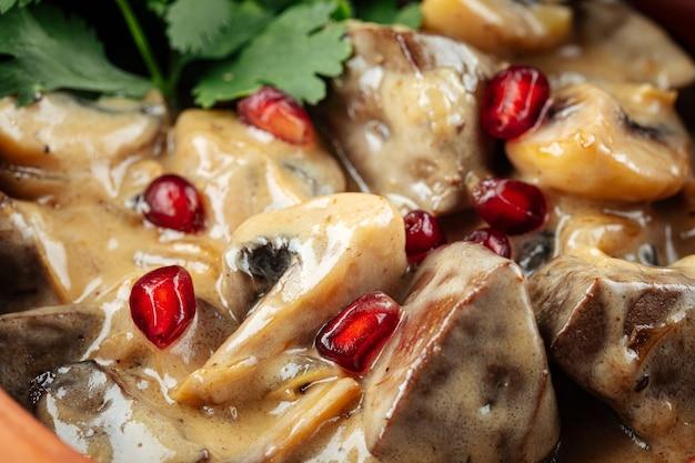 Грузинское с печенью и грибами в глиняном горшочке